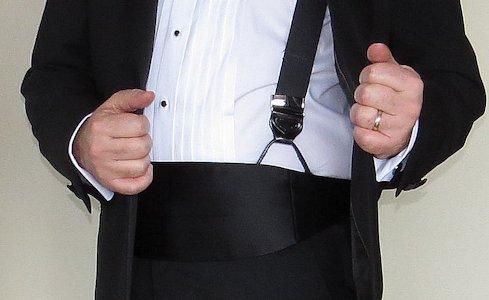 bretels onder een cummerbund